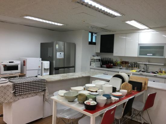 3층 청춘쿠킹스튜디오, 요리에 필요한 집기류와 조미료 등을 갖추고 있다.