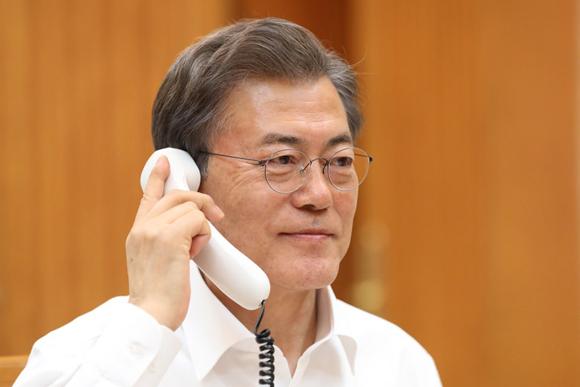 문재인 대통령이 4일 청와대에서 도널드 트럼프 미국 대통령과 전화통화를 하고 있다. (사진=청와대)