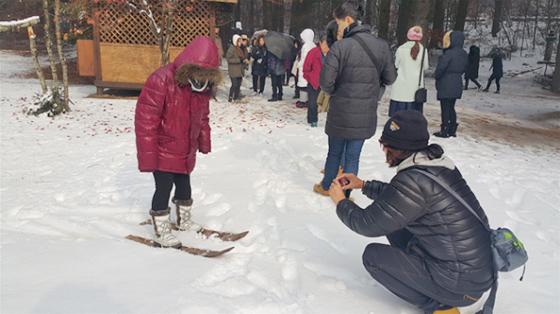 올림픽존 전통스키 체험 프로그램에 참여 중인 외국인 관광객들.