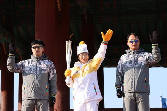 수원 이색봉송구간 성화봉송 주자 이순남씨의 환한웃음과 함께 평창 동계올림픽파이팅!!!