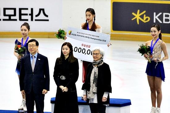 여자부문 수상자들과 김연아 홍보대사의 기념촬영