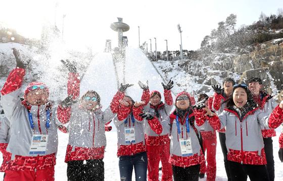 2018평창동계올림픽이 30여일 앞으로 다가왔다. 평창올림픽 스키점프 경기가 열릴 알펜시아 스키점프대 앞에서 올림픽 자원봉사자들이 눈을 뿌리며 즐거워 하고 있다. (사진=저작권자(c) 연합뉴스, 무단 전재-재배포 금지)