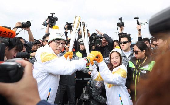 11월 1일 인천대교 성화봉송 세리머니에서 첫 번째 주자인 피겨 여자싱글 유영(과천중)이