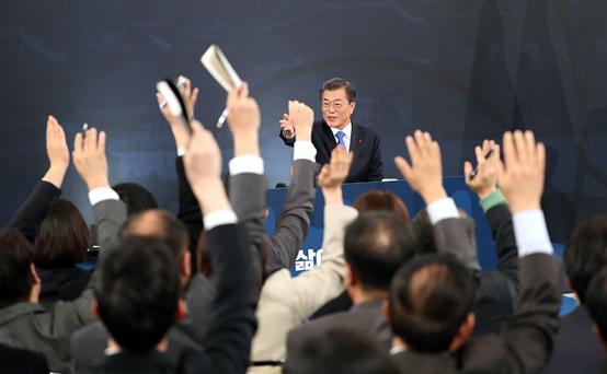 문 대통령이 10일 오전 청와대 영빈관에서 열린 신년 기자회견에서 질문을 하기 위해 손을 든 기자를 지명하고 있다.(사진=청와대)