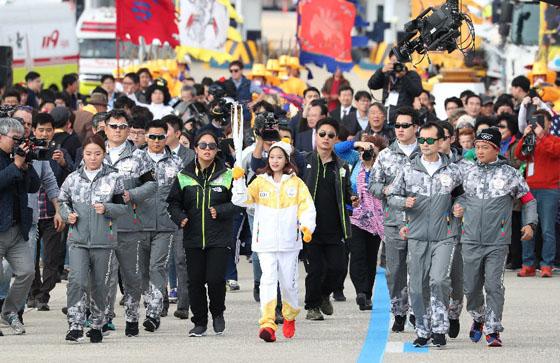 지난해 11월 1일 인천대교 성화봉송 세리머니에서 첫 번째 주자인 피겨 여자싱글 유영(과천중)이 성화 전달을 받은 후 달리고 있다. (사진 = 문화체육관광부 국민소통실)