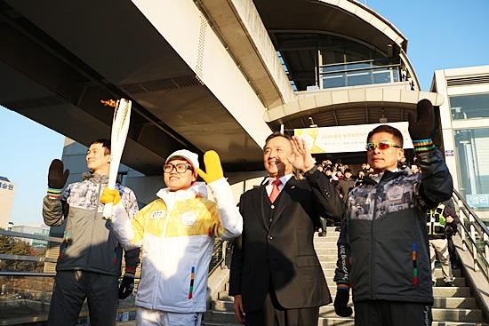 용인경전철 앞 성화봉송