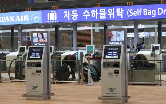 지난 8일 오후 인천공항 제2여객터미널에서 작업자들이 출국장 자동수하물위탁시설 점검을 하고 있다. (사진=저작권자(c) 연합뉴스, 무단 전재-재배포 금지)