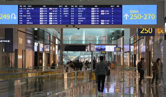 지난 11일 인천국제공항 제2여객터미널 출국장 면세점구역에서 관계자들이 마무리 공사를 하고 있다. (사진=저작권자(c) 연합뉴스, 무단 전재-재배포 금지)