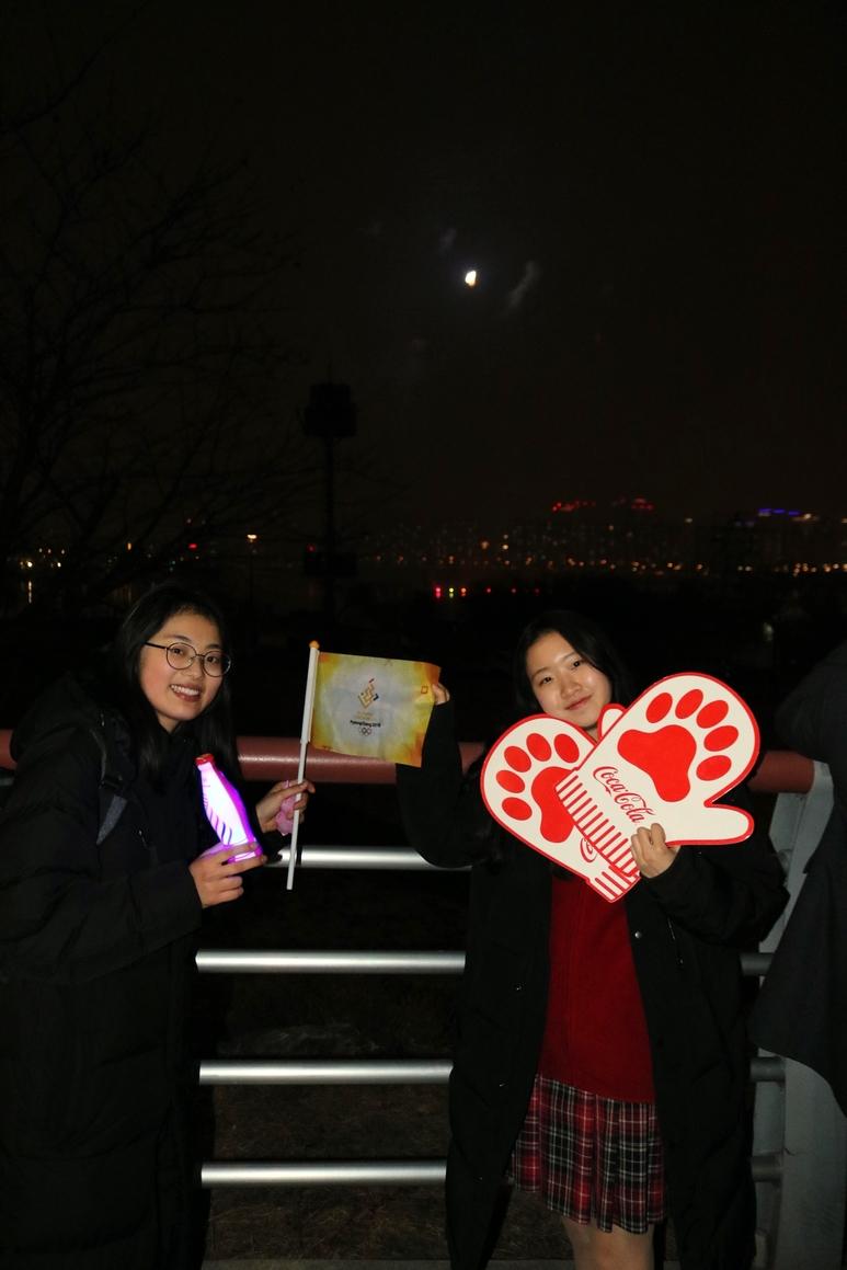 명덕외고 신지윤(좌)양과 천 송(우)양이 올림픽의 성공적인 개최 메시지를 응원도구와 함께 전하고 있다