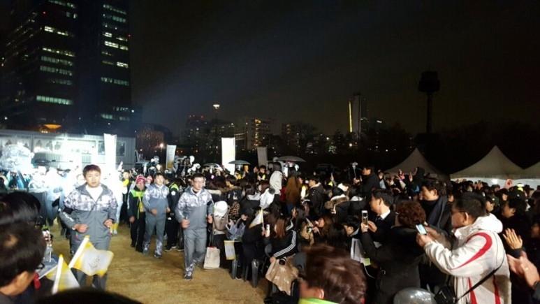 서울에서의 마지막 성화봉송주자가 무대를 향하여 들어오고 있다