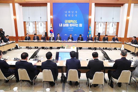 문재인 대통령이 22일 오전 청와대에서 규제 혁신 토론회 '규제혁신, 내 삶을 바꾸는 힘'에서 인사말을 하고 있다.