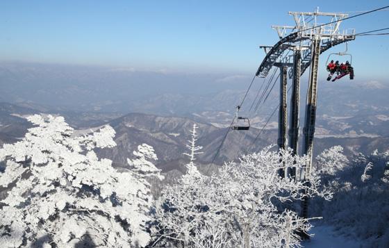 17일 2018년도에 평창동계올림픽 경기가 열리는 강원도 용평 스키장의 아름다운 설경과 스키를 즐기려는 관광객 및 시민들로 붐비고 있다. (사진 = 문화체육관광부 국민소통실)