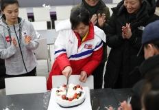 단일팀이 함께 축하하는 北 주장의 생일파티 현장
