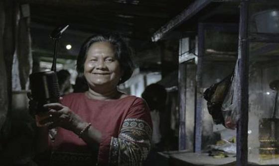 인도네시아의 한 가정에서 루미르K를 부엌에 걸고 식사를 준비하는 모습.(사진=루미르)