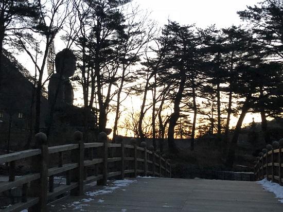 산사의 아침 풍경이 마음을 사로잡는다.