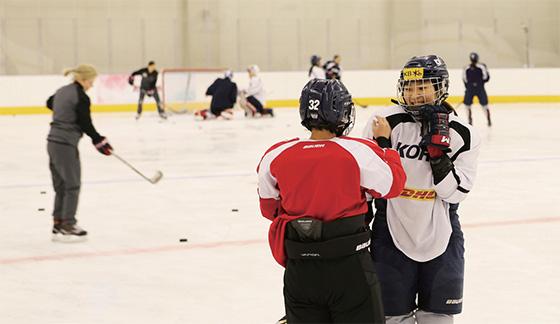 남북 단일팀 여자아이스하키 선수들이 훈련 도중 이야기를 나누고 있다.(사진=대한체육회)