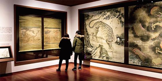 국립중앙박물관이 소장하고 있는 '용호도' 전시를 둘러보는 관람객.(사진=C영상미디어)