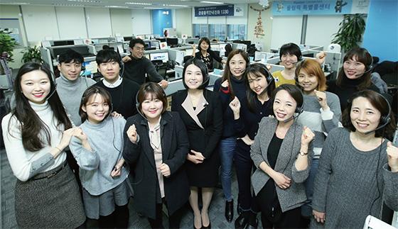 서울 종로구에 위치한 평창동계올림픽 특별 콜센터(1330)의 상담사들. 전화 안내를 위해 모두 헤드셋을 착용한 모습이다. 해당 언어에 능통한 이들은 현재 한국어, 영어, 일본어, 중국어 등 4개 언어로 연중무휴 24시간 무료 안내 서비스를 제공한다.(사진=조선일보)