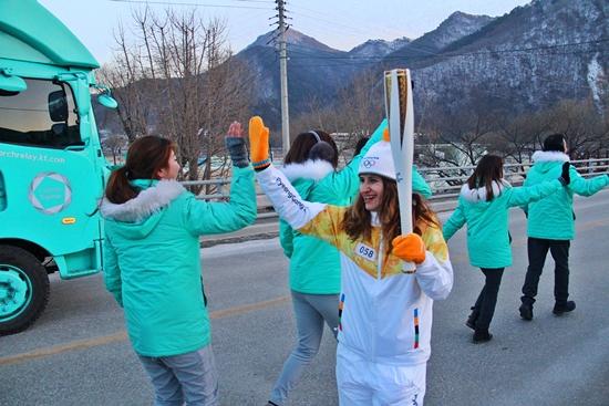 한국을 찾은 외국인 관광객들이 하이파이브를 하며 평창올림픽을 응원하고 있다.