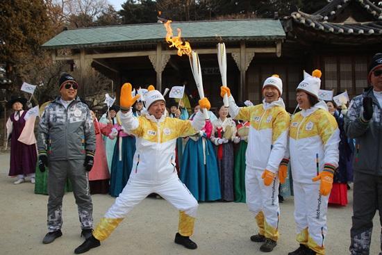 중국 IOC 위원 강릉선교장에서의 성화봉송 퍼포먼스