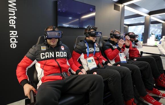 2018 평창동계올림픽에 참가하는 캐나다 선수들이 지난 5일 오후 강릉 선수촌 플라자에서 VR 체험을 즐기고 있다. (사진=저작권자(c) 연합뉴스, 무단 전재-재배포 금지)