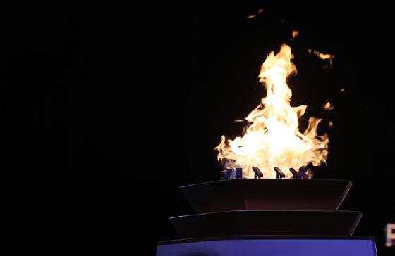 2018 평창동계올림픽을 하루 앞둔 8일 오후 강원 강릉시청에 마련된 임시 안치대에서 성화가 밝게 타오르고 있다. (사진=저작권자(c) 연합뉴스, 무단 전재-재배포 금지)