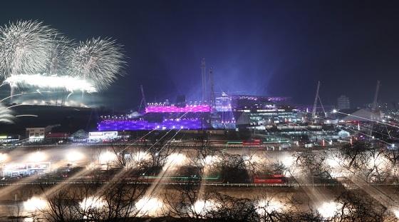 2018 평창동계올림픽 개막식이 열린 9일 오후 강원도 평창올림픽스타디움에서 불꽃 향연이 펼쳐지고 있다. (사진 = 평창동계올림픽조직위원회)
