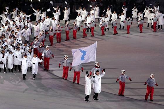 한반도기를 함께 든 남과 북 선수들이 아리랑 선율에 맞춰 입장하고 있다. (사진 = 평창동계올림픽조직위원회)