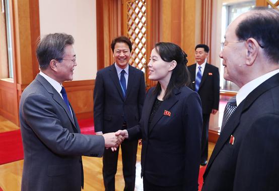 문재인 대통령이 김여정 조선노동당 중앙위 제1부부장과 접견에 앞서 인사를 나누고 있다.(사진=청와대)