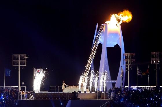 9일 오후 강원도 평창 올림픽스타디움에서 열린 2018 평창동계올림픽 개막식에서 김연아가 달항아리 모양의 성화대에 점화하고 있다.(사진 = 평창동계올림픽조직위원회)
