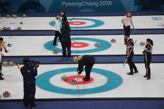 중국과의 경기에서 심판의 결정을 지켜보는 이기정,장에지 한국팀