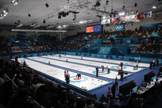 노쇼 우려와 달리  컬링 경기장을 가득 메운 대한민국과 중국의 컬링 믹스더블 경기