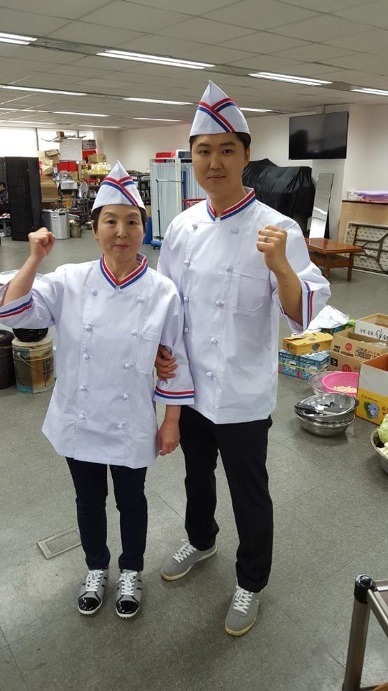 김정애 대표와 사위 박경원 씨가 파이팅을 외치고 있다.