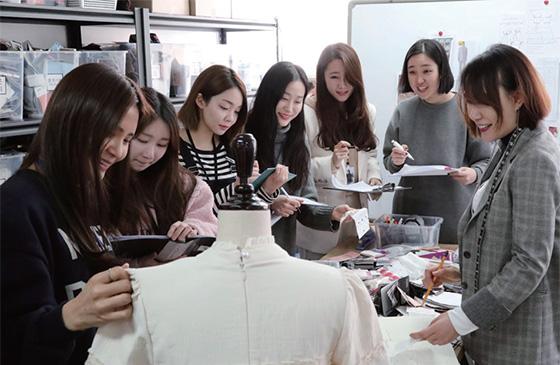 오픈케이지 장지혜 대표(왼쪽에서 다섯 번째)가 직원들과 자유롭게 회의하는 모습.(사진=오픈케이지)