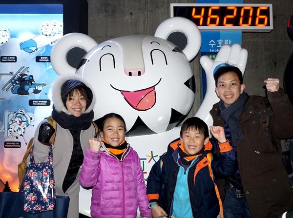 대만에서 온 헨리 왕씨 가족은 동대문 DDP에서 평창을 응원합니다.