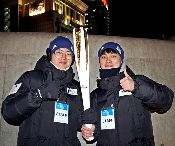 동대문 DDP 라이브사이트 스텝으로 있는 대학생인 박남준, 홍성빈씨도 성화를 들고 응원합니다.