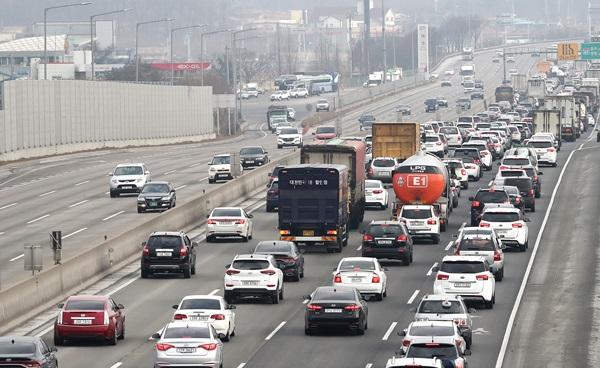 명절 귀성길 고속도로는 사고가 없어도 막히는 법이다. 네비게이션을 업데이트해 신규 개통된 도로를 확인하자.(출처=뉴스1)