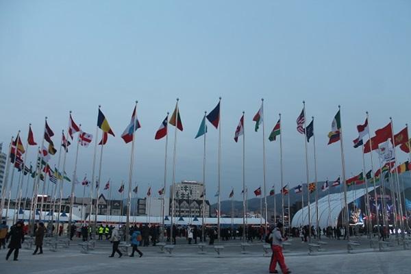 평창올림픽플라자 입구에 있는 올림픽 참가국 국기들.
