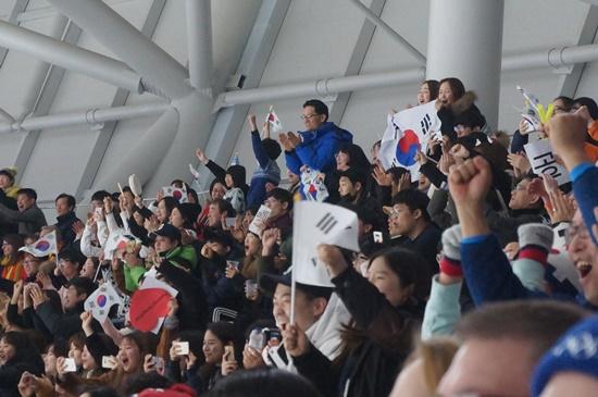 관중들은 한마음 한뜻이 되어 이승훈을 응원했다.