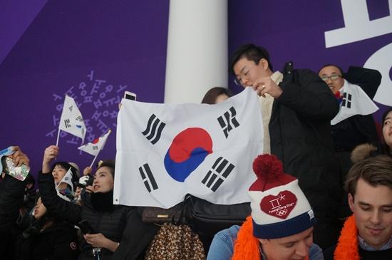 이 날 스피드스케이팅 경기장에는 이승훈을 응원하기위해 많은 국민들이 경지장을 찾았다.
