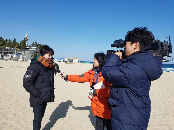 경포해변에서 만난 각국의 취재진들