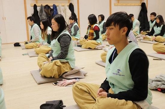 스님께 참선을 배우고 있는 학생들. 영어, 중국어 전문 통역가가 동행해 템플스테이를 깊이있게 이해하는데 한층 가까워졌다.