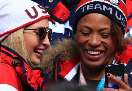 미국 이방카 트럼프 백악관 보좌관이 25일 오전 평창 슬라이딩센터에서 열린 2018 평창올림픽 봅슬레이 남자 4인승 주행 경기에서 셀피를 촬영하며 미소를 짓고 있다.(사진=저작권자(c) 연합뉴스, 무단 전재-재배포 금지)