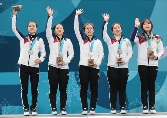 25일 강원도 강릉 컬링센터에서 열린 2018평창올림픽 컬링 여자 결승에서 은메달을 차지한 한국 컬링 대표팀이 시상대에 올라 손인사 하고 있다. (사진=저작권자(c) 연합뉴스, 무단 전재-재배포 금지)