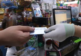 편의점·슈퍼마켓 소액결제 카드 수수료 더 내린다
