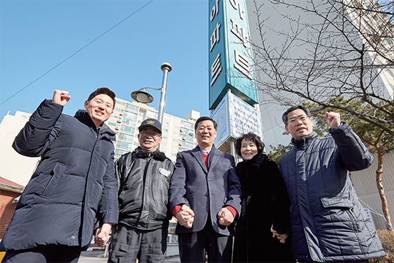 서울 성동구와 성동구아파트입주자대표회의연합회(회장 지기남, 가운데)는 아파트경비근로자를 위한 고용안정 협약서를 체결하며 '상생'을 선택했다. ⓒC영상미디어