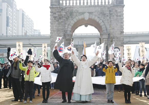 문재인 대통령 내외가 1일 오전 서울 서대문형무소 역사관에서 열린 제99주년 3·1절 기념식을 마친 뒤 참석자들과 함께 독립문까지 행진한 뒤 만세 삼창을 하고 있다.