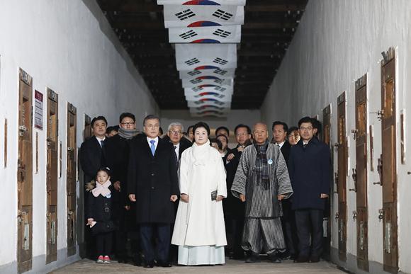문재인 대통령 내외가 1일 오전 서울 서대문형무소 역사관에서 열린 제99주년 3·1절 기념식에 참석하기에 앞서 옥사에 마련된 특별전시를 관람한 뒤 식장으로 향하고 있다.