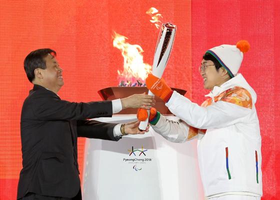 '모두를 빛나게 하는 불꽃'…패럴림픽 성화 봉송
