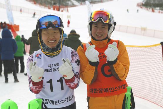평창 패럴림픽 스키부문 전종목 메달을 노리는 양재림(왼쪽)과 고운소리. 이들은 호흡이 맞지 않으면 큰 사고로 이어질 수 있는 종목 특성상 선수와 가이드러너로서 친자매 이상 가깝다.(제공=대한장애인체육회)